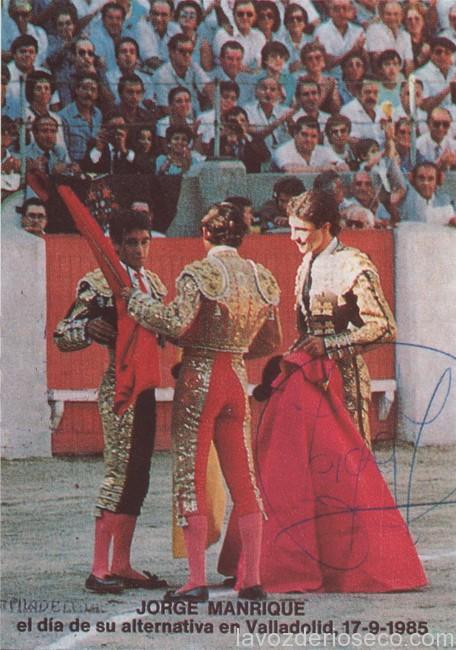 Manzanares, de espalda, en la ceremonia de alternativa de Jorge Manrique en 1985.