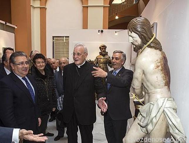 El cardenal contempla la talla de Jesús Atado a la Columna en la muestra en Sevilla.