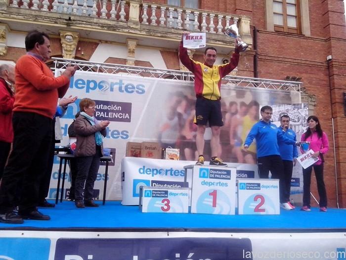 Marinao Haro (izda.) aplaude a Anselmo Lucas en lo alto del podio.