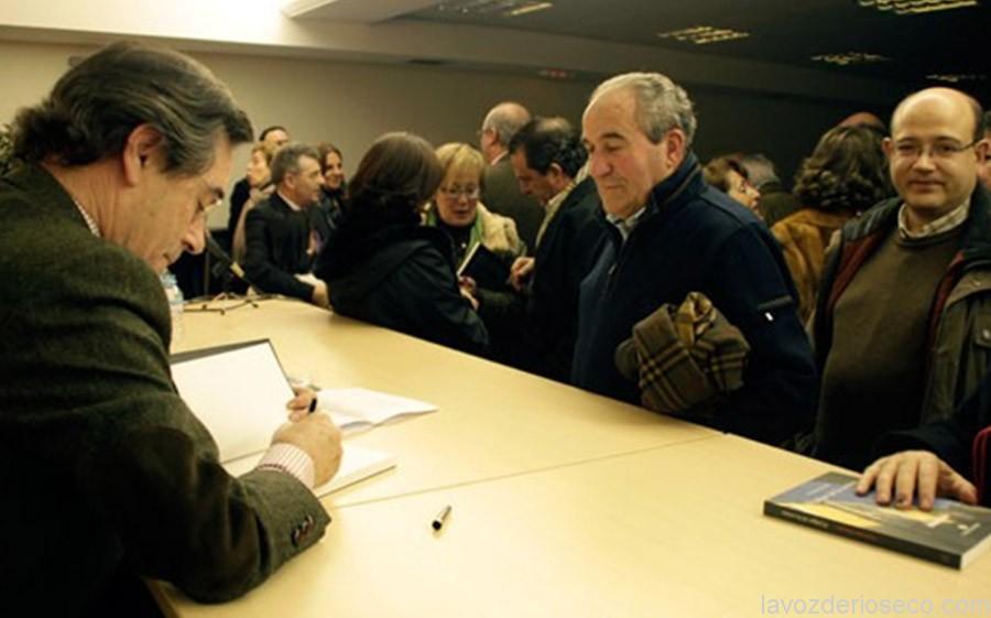 El autor de El fulgor de la ceniza firma un ejemplar en Rioseco.