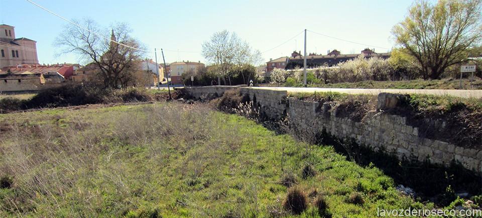 Restos del puente de Santiago a la salida de Rioseco en la carretera de Villarramiel.