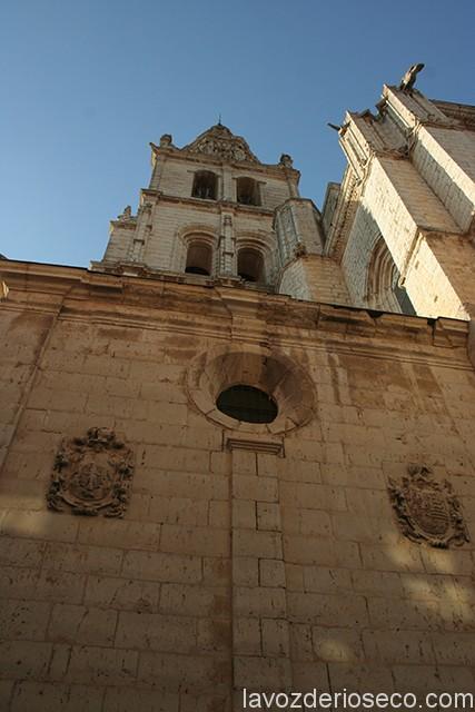 Exterior de la capilla de los López de Mella con los blasones familiares