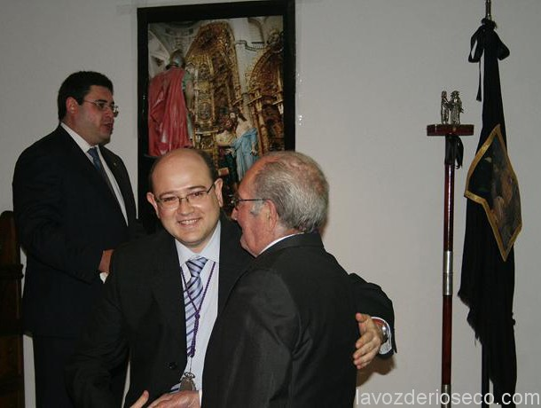 El ex presidente de La Desnudez, Alfonso Rubio, con Ramón Serrano durante el homenaje.