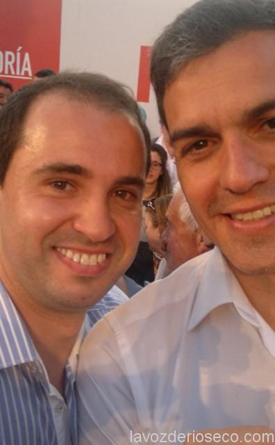 Julio Galván, en un selfie, con Pedro Sánchez. @JulioGalvan82